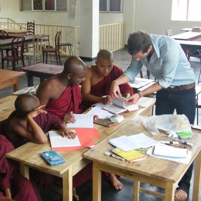 Maestro voluntario ayuda a sus estudiantes con ejercicio durante su voluntariado de enseñanza en Sri Lanka.